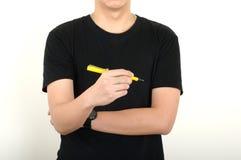 Tiraggio della penna di giallo della tenuta degli uomini che pensa con il fondo bianco fotografia stock libera da diritti