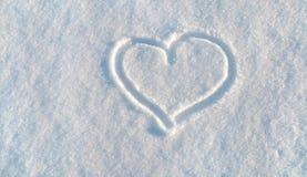 Tiraggio di cuore sulla neve bianca fotografia stock libera da diritti