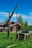 Tiraggio di legno bene con la benna Immagini Stock Libere da Diritti