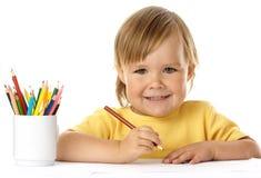 Tiraggio sveglio del bambino con i pastelli ed il sorriso fotografia stock libera da diritti