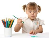 Tiraggio sveglio del bambino con le matite di colore immagine stock libera da diritti