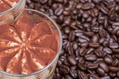 Tiramasu italiano doce da sobremesa com creme delicado do mascarpone da receita tradicional em feijões de café orgânicos do vidro imagem de stock royalty free