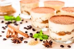 Tiramisù casalingo, dessert italiano tradizionale in vetro sulla tavola di legno Fotografie Stock Libere da Diritti