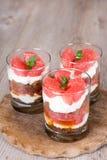 Tiramisù dolce del dessert con il pompelmo fresco Fotografie Stock Libere da Diritti