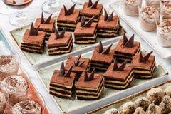 Tiramisu κέικ με τη σοκολάτα, το κακάο και τις καραμέλες στο υπόβαθρο διακοπών Εύγευστος φραγμός επιδορπίων και καραμελών στοκ εικόνα με δικαίωμα ελεύθερης χρήσης