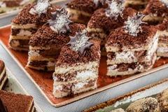 Tiramisu κέικ με τη σοκολάτα, το κακάο και τις καραμέλες στο υπόβαθρο διακοπών Εύγευστος φραγμός επιδορπίων και καραμελών στοκ εικόνες