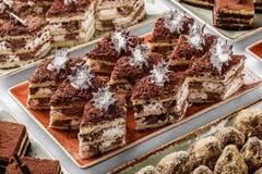 Tiramisu κέικ με τη σοκολάτα, το κακάο και τις καραμέλες στο υπόβαθρο διακοπών Εύγευστος φραγμός επιδορπίων και καραμελών στοκ φωτογραφίες με δικαίωμα ελεύθερης χρήσης