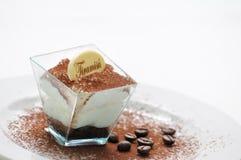 Tiramisu στο δοκιμαστή με τα φασόλια σκονών και καφέ κακάου στο άσπρο πιάτο, ιταλικά επιδόρπια, patisserie, ιταλική γαστρονομία,  στοκ εικόνες