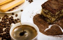 Tiramisu avec la tasse de café, de chocolat et de grains de café image libre de droits