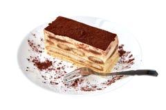 Tiramisu cake/deser z cacao i rozwidlenie na porcelana talerzu na białym tle obraz royalty free