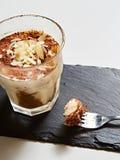 Tiramisu dans le verre, le dessert italien aromatisé par café traditionnel fait de ladyfingers et le mascarpone photographie stock libre de droits