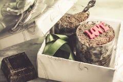 Tiramisu dans les verres et le beau boîte-cadeau pour 2 personnes dans l'amour - dessert spécial de jour Images libres de droits