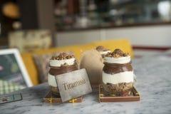 Tiramisu de chocolat avec des écrous dans le pot en verre image libre de droits