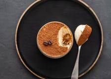 Tiramisu de dessert, chocolat, cacao et grains de café italiens délicieux sur un fond noir Vue supérieure avec l'espace de copie image libre de droits