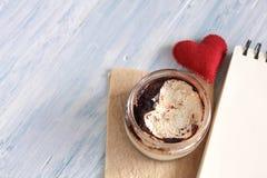 Tiramisu de dessert dans un pot avec le carnet image libre de droits