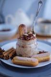 Tiramisu de dessert dans un pot en verre Image libre de droits