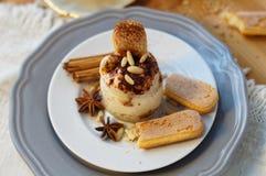 Tiramisu de dessert dans un pot en verre Photographie stock libre de droits
