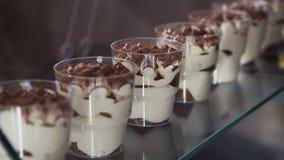 Tiramisu de dessert en verres sur la fenêtre de café Clouse-up banque de vidéos