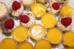 Tiramisu de dessert et tarte faits maison de citron images stock