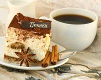 Tiramisu de la torta y una taza de café Foto de archivo