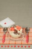 Tiramisu de Saint-Valentin avec du chocolat dans la tasse en verre. Photos stock