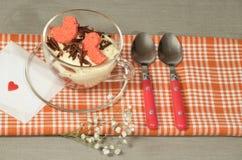 Tiramisu de Saint-Valentin avec du chocolat dans la tasse en verre. Photographie stock