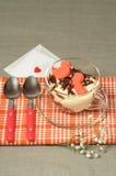 Tiramisu de Saint-Valentin avec du chocolat dans la tasse en verre. Image libre de droits
