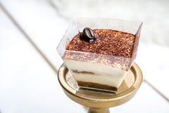 Tiramisu delicioso con forma oscura del grano de café del chocolate en el top Comida sabrosa del postre en cierre para arriba en  imágenes de archivo libres de regalías