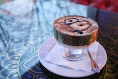 Tiramisu delicioso, dulce del postre en una loza en una tabla en un café imágenes de archivo libres de regalías