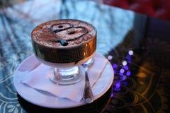 Tiramisu delicioso, dulce del postre en una loza en una tabla en un café fotografía de archivo