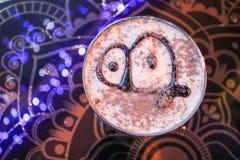 Tiramisu delicioso, dulce del postre en una loza en una tabla en un café en el chocolate del dibujo de la tarde imágenes de archivo libres de regalías