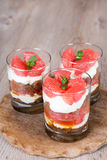 Tiramisu doux de dessert avec le pamplemousse frais Photos libres de droits