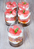 Tiramisu doux de dessert avec le pamplemousse frais Image stock