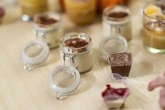 Tiramisu doux et savoureux de déserts, fait en café et mascarpone dans un verre closeable photos libres de droits