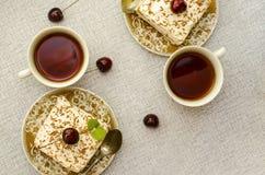 Tiramisu, een traditioneel Italiaans dessert op een lichte achtergrond Close-up stock afbeelding