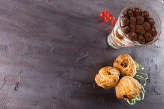 Tiramisu en cakes op grijze steenachtergrond Royalty-vrije Stock Afbeeldingen