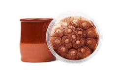 Tiramisu en koffie in een kleimok Royalty-vrije Stock Afbeeldingen