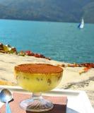 Tiramisu in glas op backgrounf van alpian bergmeer Royalty-vrije Stock Fotografie