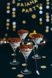 Tiramisu italiano da sobremesa em vidros de martini imagem de stock