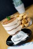 Tiramisu italiano da sobremesa no vidro, alimento doce imagem de stock royalty free