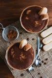Tiramisu italien de dessert dans un plat de parfait Images stock