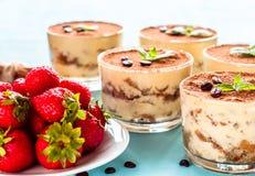 Tiramisu italien fait maison de dessert avec les fraises et la menthe en verre Photos libres de droits