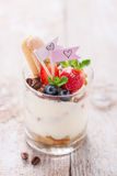 Tiramisu italien fait maison de dessert avec les fraises, la menthe et le cacao dans des pots en verre Image stock