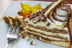 Tiramisu-Kuchen und Gabel auf einer Untertasse Stockbilder