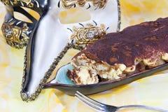 Tiramisu Kuchen und Karnevalsschablone lizenzfreies stockbild
