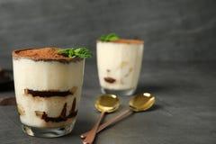 Tiramisu tort w szkle na stole obraz stock
