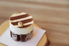 Tiramisu tortowy przepis z złotą kawową fasolą dekorował na wierzchołku Zdjęcie Stock