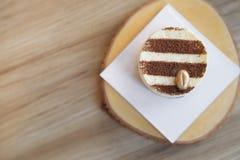 Tiramisu tortowy przepis z złotą kawową fasolą dekorował na wierzchołku Obraz Stock