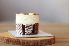Tiramisu tortowy przepis z złotą kawową fasolą dekorował na wierzchołku Obrazy Stock