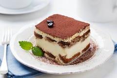 Tiramisu, traditioneel Italiaans dessert op een witte plaat stock afbeeldingen